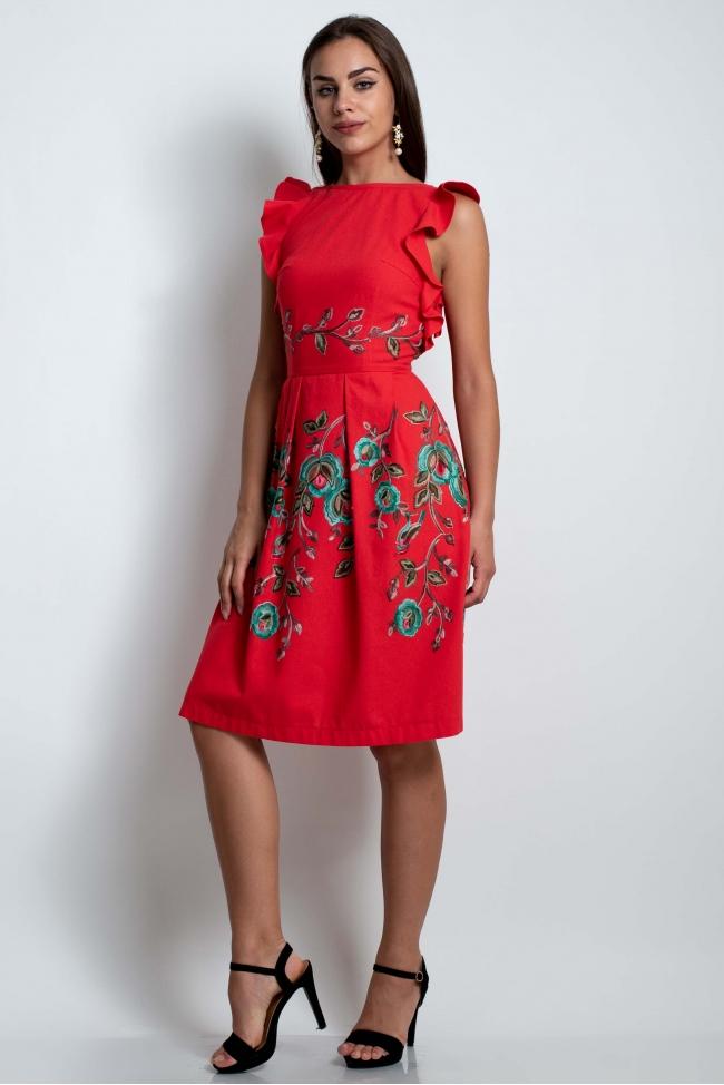 Нарядное красное платье с вышивкой